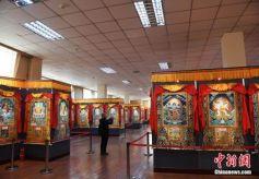 甘肃甘南藏区展出千幅唐卡 展现多彩藏族文化