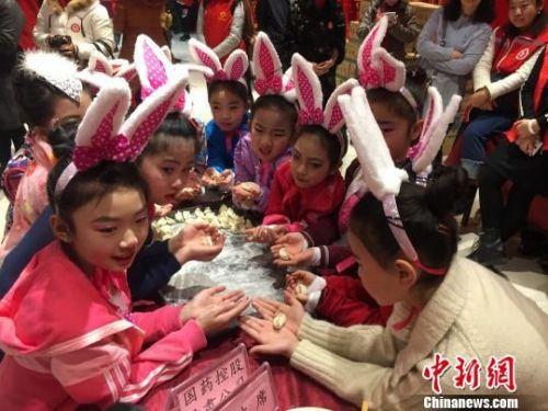 """12月20日,""""一碗饺子温暖一座城""""大型志愿者公益活动在兰州开展。 钟欣 摄"""