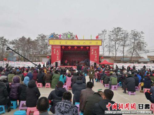 图为民众观看文艺节目表演。