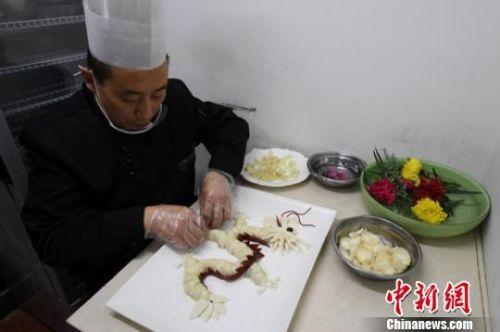 """近日,兰州天龙美食城的厨师利用本地百合烹饪出""""百合龙、龙虾百合""""等养生宴,每道菜品都如工艺品一般精致。 杨艳敏 摄"""
