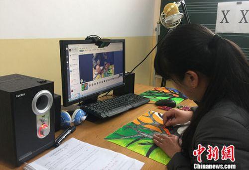 甘肃乡村教师正在上美术课。(资料图片) 中新社记者 刘玉桃 摄