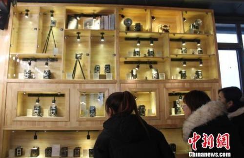 12月31日,兰州居民参观葛健收藏的相机。 徐雪 摄