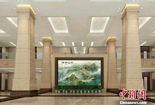 """刘宝平的雕漆屏风""""江山多娇""""。 钟欣 摄"""