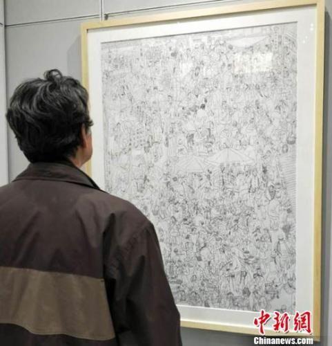 """1月5日,""""淬钢漉墨——丝路风韵钢笔画展""""在甘肃兰州举办,甘肃甘肃省美术家协会会员周新平创作钢笔画《陇上腊月图》再现上世纪90年代农贸市场景象。 李治林 摄"""