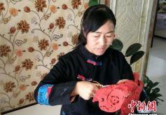 甘肃女艺人5年成就剪纸版《红楼梦》 双手布满老茧