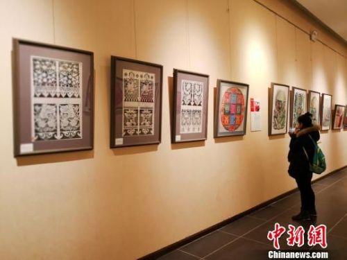 """6日下午,""""民风?民韵?民萃——甘肃剪纸艺术十人精品展""""在甘肃艺术馆举办,共展出110幅剪纸精品。 崔琳 摄"""