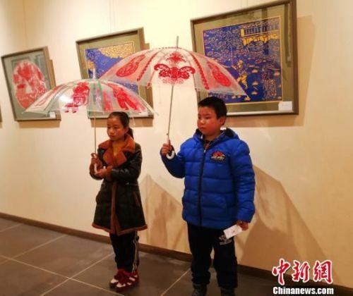 图为黏贴在雨伞上的剪纸作品展示。 崔琳 摄