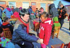 中国甘肃网为庆阳宁县孩子送去新年礼物