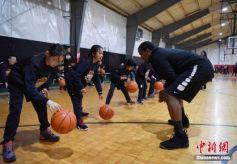 克利夫兰骑士队为甘肃学童开办篮球训练营