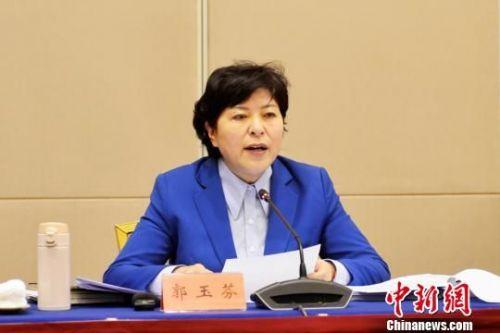 图为甘肃省卫生计生委主任郭玉芬作工作报告。 南如卓玛 摄