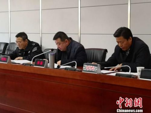 2018年1月17日,兰州市安监局副局长刑磊对全市2018年春节期间烟花爆竹安全管理工作进行安排部署。 刘薛梅 摄