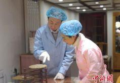 甘肃省兰州市民体验自制茶饼 传统文化借