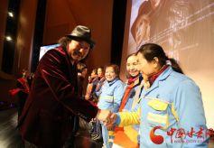 18日甘肃电影《敦煌不了情》首映 环卫工人获现场赠票
