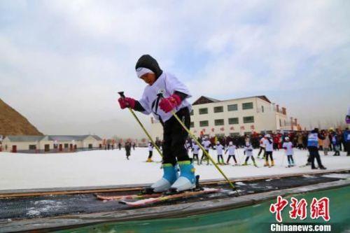 2018年1月21日,张掖山丹县境内千余名青少年走上冰雪,学习冰雪运动技巧,享受该项运动带来的快乐时光。 翟继宗 摄