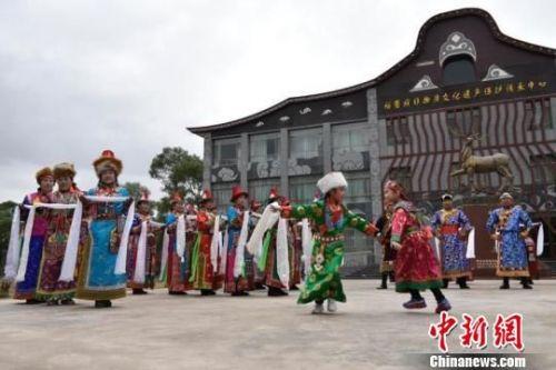 资料图:2017年6月初,甘肃肃南裕固族自治县特色村寨,裕固族人身着民族服装,载歌载舞,向前来游玩观赏的人们展示了古老的裕固族文化。 韦德占 摄