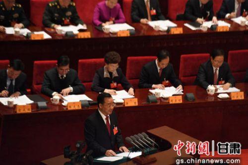 图为甘肃省长唐仁健作《政府工作报告》。
