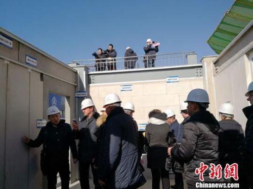 """图为1月上旬,白俄罗斯建筑企业考察团参观甘肃建投""""钢结构""""建筑。 冯志军 摄"""