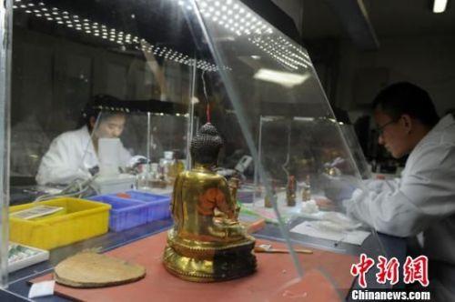 资料图。图为甘肃省博物馆文物修复现场。 杨艳敏 摄