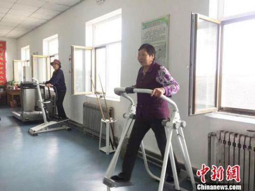 资料图:图为老人正在甘肃天祝县一家养老院的活动室里锻炼身体。 徐雪 摄