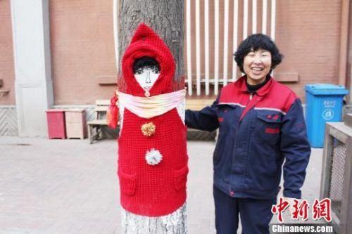 """图为兰州市民刘青月和她的作品""""大树妈妈""""。 徐雪 摄"""