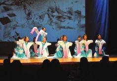 甘肃兰州人在美国演春晚 外国人在西固赏花灯