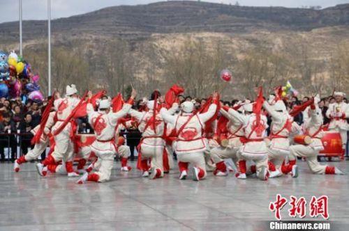图为来自农村的社火队正表演着腰鼓技巧。 艾庆龙 摄
