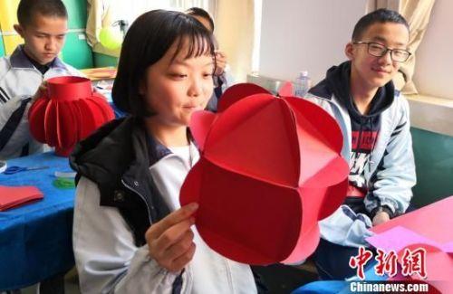 图为学生正在做灯笼。 刘玉桃 摄