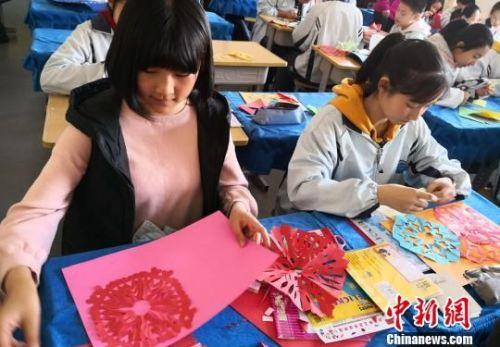 图为学生剪纸。 刘玉桃 摄