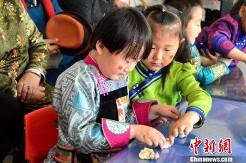 甘肃肃北萌娃玩蒙古族游戏玩乐中传承传统文化