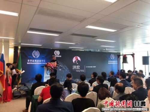 图为SICO丝合组织秘书长洪宏与参会代表交谈。