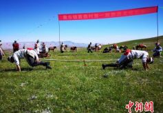 甘肃肃南县敖包祭祀、赛马引游客驻足