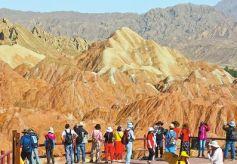 甘肃张掖丹霞地貌吸引海内外众多游客游览