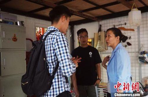 图为香港和内地两地大学生学员调研民族企业。 李意晴 摄