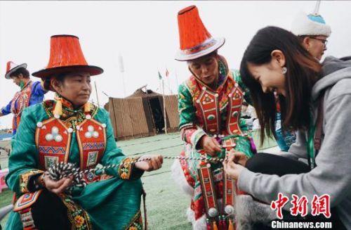 图为香港和内地两地大学生学员调研采访裕固族非遗传承人。 李意晴 摄