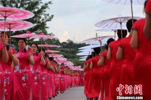 图为身穿各式旗袍的旗袍爱好者。 吴希会 摄