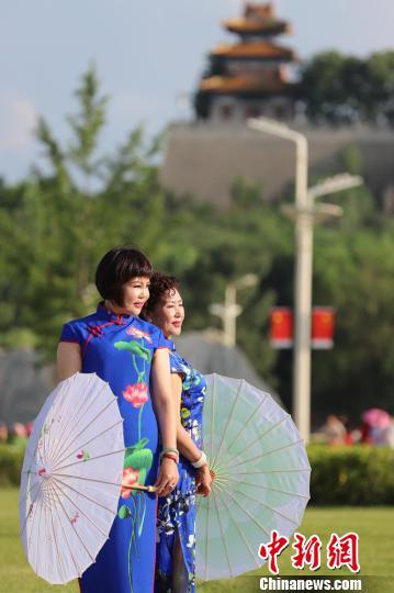 图为两名旗袍爱好者拍照留念。 吴希会 摄