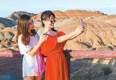 甘肃张掖丹霞地质公园内参观游客络绎不绝