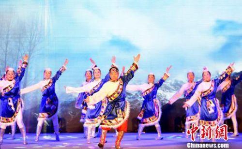 参赛队正在表演少数民族风格广场舞。 李彬 摄