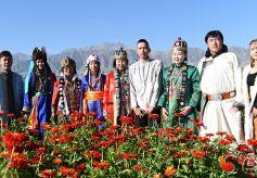 八省区蒙古族服饰展演走秀让甘肃肃北戈壁草原格外热闹