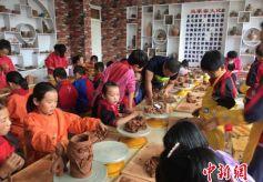 甘肃临洮:小学生做陶罐传承马家窑文化