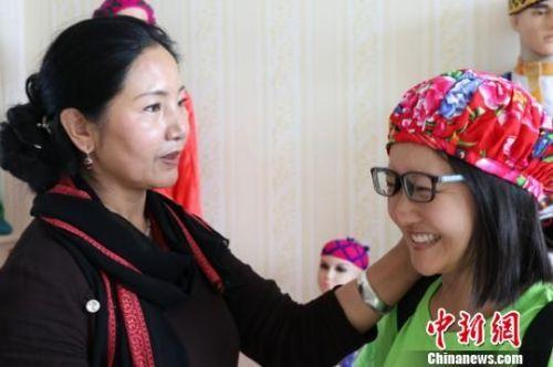 图为志愿者开展保安族传统刺绣及服饰体验和设计工作。 李铭垣 摄