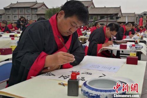 """甘肃张掖办写经艺术节""""挥毫泼墨""""承袭传统文化"""