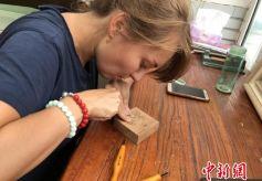 俄罗斯大学生甘肃学做藏书票感知传统文化