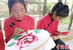 甘肃西和传统刺绣技艺重焕新生:赠品变为致富商品