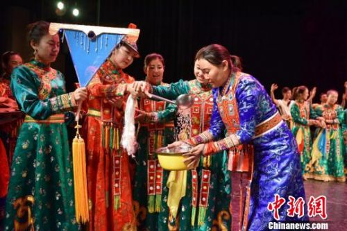 甘肃裕固族传统生活搬上舞台现代舞美展古老民俗