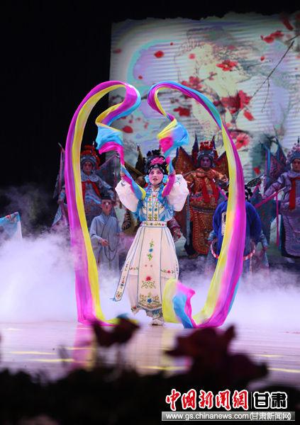 图为演员在闭幕式暨颁奖晚会上表演戏曲舞蹈《盛世赞歌》。 吴希会 摄