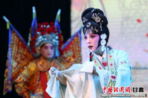 图为演员在闭幕式暨颁奖晚会上表演秦腔《梨花情》。 吴希会 摄