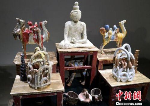 图为展出的创意陶艺作品。 刘玉桃 摄
