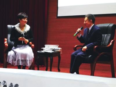 王作宝(右)分享他的艺术人生