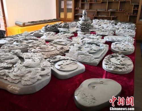 刘宗学和艺人们研发制作的嘉峪石砚。 丁思 摄